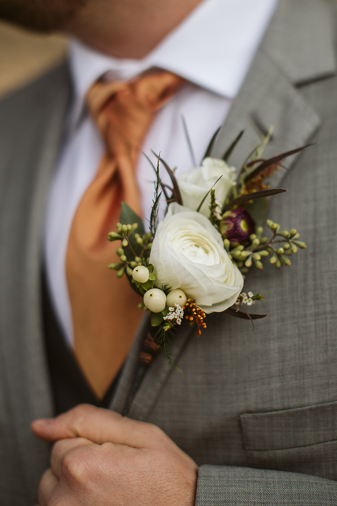 grooms wedding boutonniere in rockford il