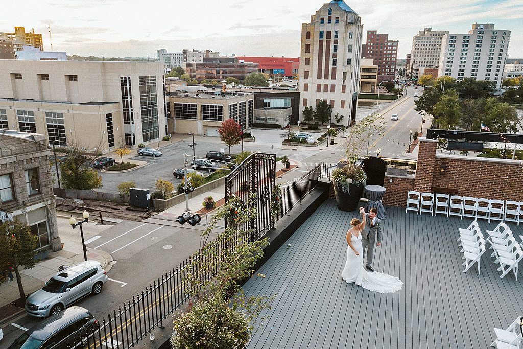 couple dancing on the roof at the standard in rockford illinois
